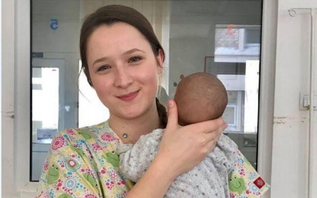 La 21 de ani a devenit mama voluntara pentru copiii abandonati intr-un spital din Romania: