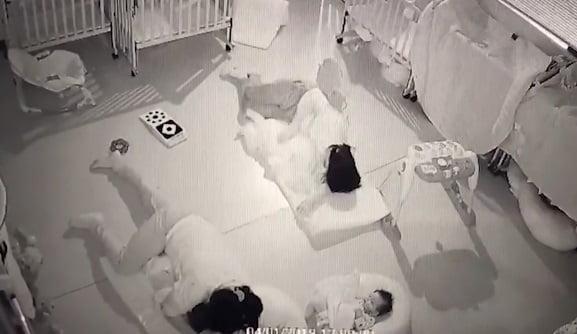Un bebelus de 11 luni a murit la cresa dupa ce educatoarea s-a asezat peste el | Demamici.ro