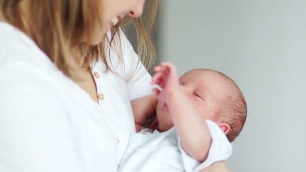 Bebelusii vor constant in bratele mamicilo