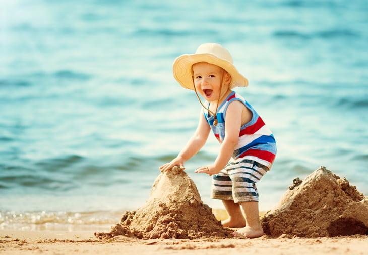 Care sunt riscurile expunerii la soare a bebelusilor