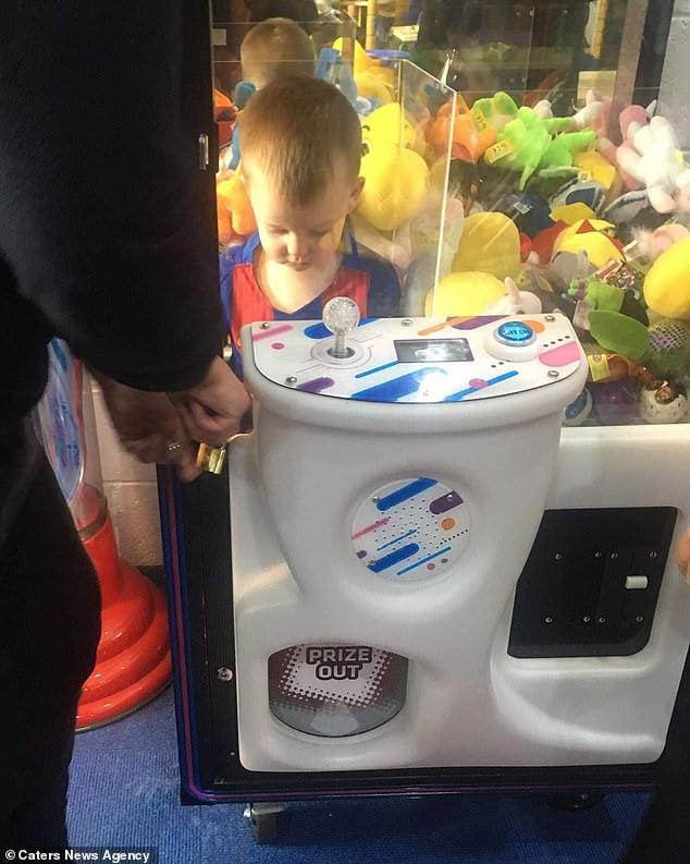 O mama devine isterica dupa ce fiul ei de trei ani ramas blocat intr-o masinarie cu jucarii