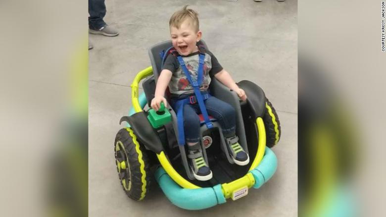 Un baietel de doi ani nu putea sa mearga