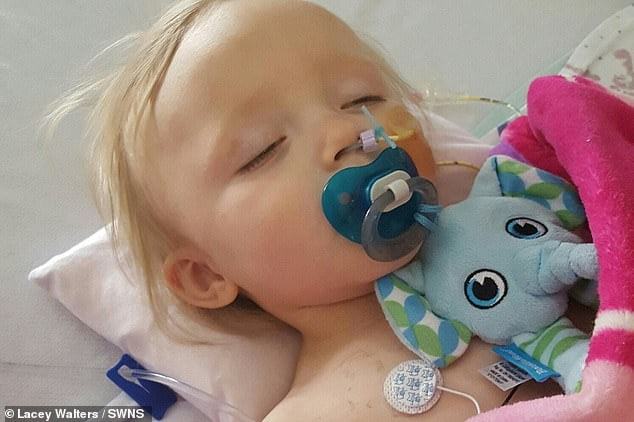 Un copil a vomitat un lichid negru