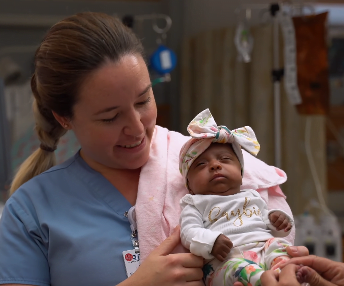 Cel mai mic bebelus din lume s-a nascut cu 245 de grame. La 5 luni, fetita a fost externata din spital. Cum arata VIDEO | Demamici.ro
