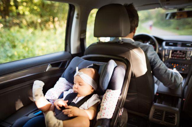 Nu folositi scaunele auto in casa. Bebelusul poate fi pus in pericol | Demamici.ro