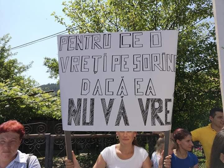 Sorina merita un viitor in Romania, alaturi de familia ei - petitie online! Fetita din Baia de Arama luata cu forta de mascati era fericita alaturi de parinti si fratiori   Demamici.ro