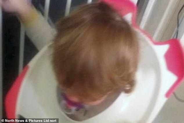 O fetita de doi ani si-a prins capul intr-o olita