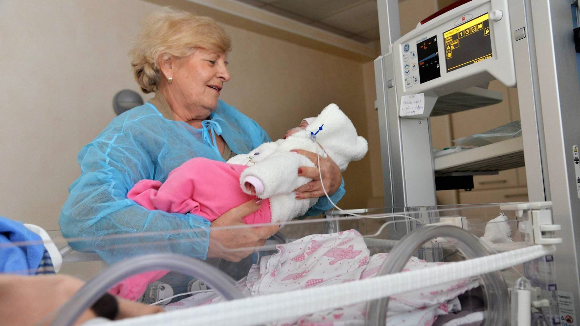 "Bunicile voluntare ofera iubire nou-nascutilor bolnaviori si abandonati: ""Ii schimbam, le dam sa manance, le cantam... "" | Demamici.ro"