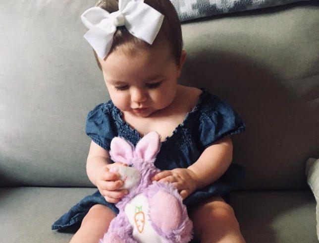 O mama si-a dus fiica de urgenta la doctor din cauza unui semn intunecat din gura copilului. Insa a descoperit cu jena ca era doar o bucata de carton | Demamici.ro
