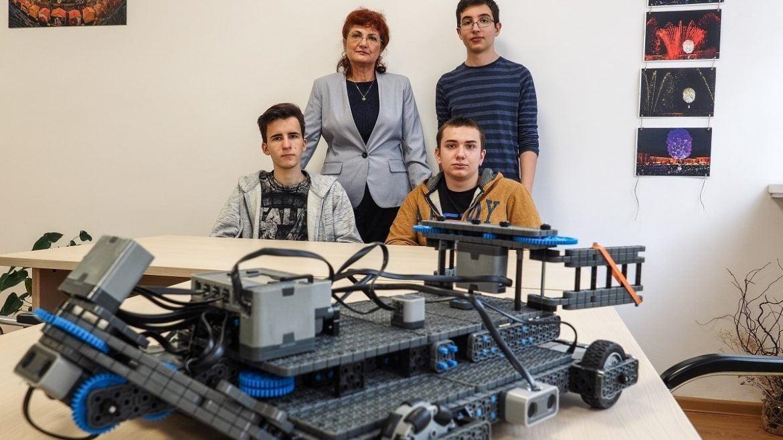 Trei adolescenti din Sibiu au creat un robot pompier