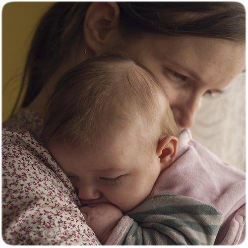 E stiinta: de ce bebelusii se opresc din plans cand te ridici cu ei in brate   Demamici.ro