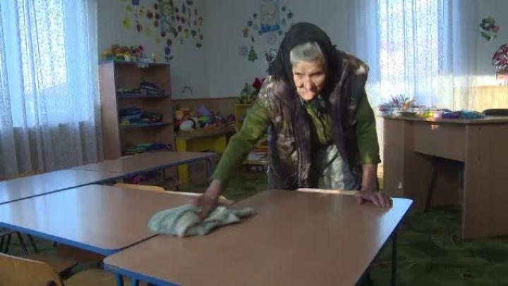 La 83 de ani, bunica Sofia nu vrea să renunțe la slujba de femeie de serviciu de la grădiniță | Demamici.ro