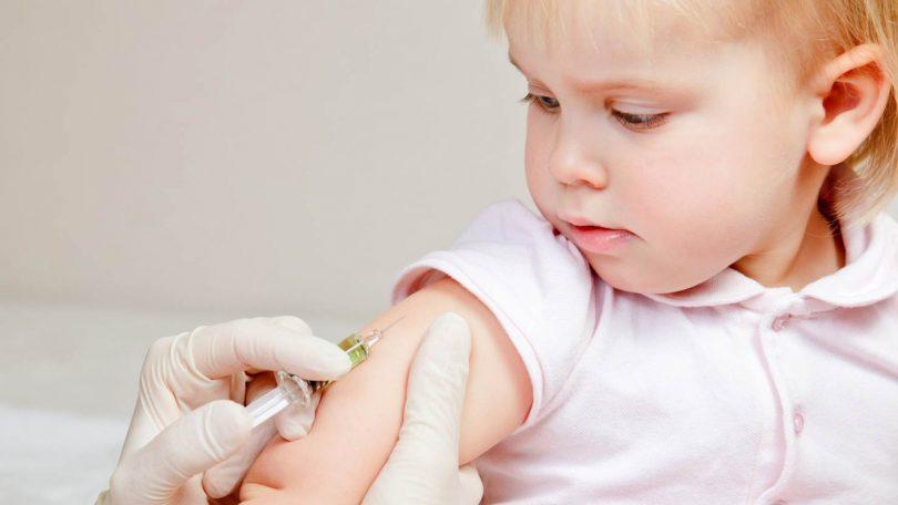 Cum linistesti un copil in timpul unui vaccin