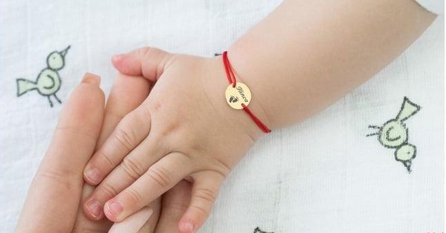 Ata rosie la mana bebelusului. Care este semnificatia acesteia | Demamici.ro