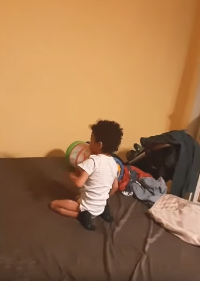Leon s-a ridicat pentru prima data singur. Reusita enorma pentru baietelul lui Kamara VIDEO | Demamici.ro