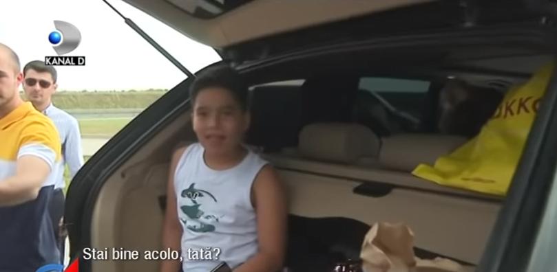 Copil, tinut in portbagajul masinii, in drum spre mare. Politistii l-au gasit. Reactia tatalui a fost filmata VIDEO | Demamici.ro