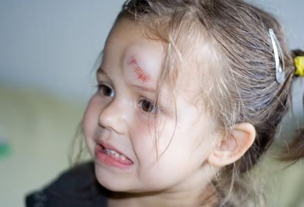 Un bebelus a murit din cauza neglijentei parintilor. Micutul cazuse din carucior, dar nu a fost dus la spital   Demamici.ro