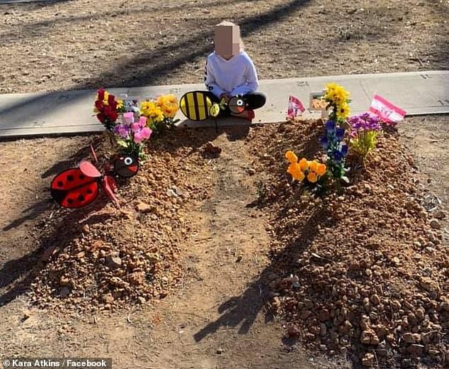 O fotografie cu o fetiță îndurerată