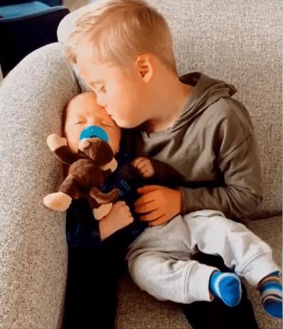 Un baietel cu sindromul Down isi linisteste fratiorul care plangea neconsolat VIDEO   Demamici.ro