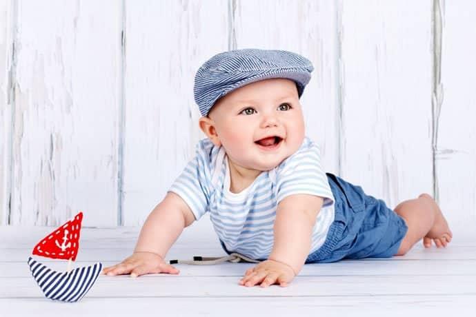 Bebelusul la 6 luni. Sta in sezut si incepe sa se tarasca   Demamici.ro