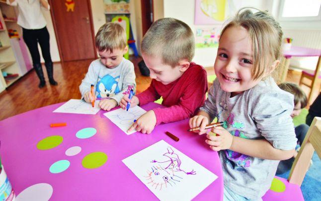 Copii la gradinita coloreaza