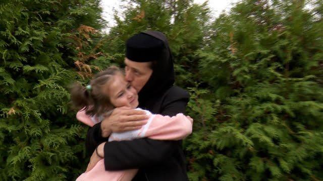 Maica Ecaterina, o mama cu 126 de copii. Ingerul de femeie care calauzeste suflete. Povestea Asezamantului Santul Leontie din Radauti | Demamici.ro