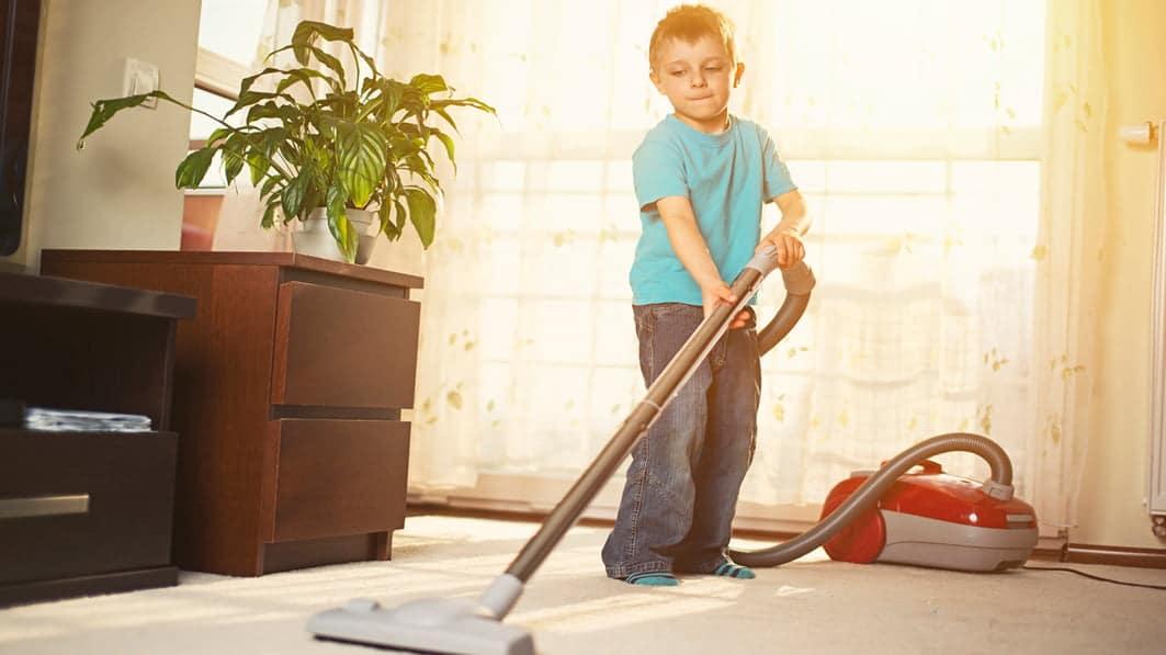 Copilul face curatenie