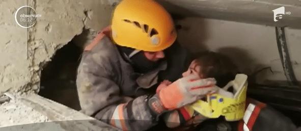 Mama si-a protejat fiica de 2 ani cu propriul trup. Micuta, salvata de sub ruine de un pompier VIDEO | Demamici.ro