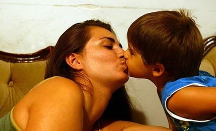 Pupatul copilului pe buze