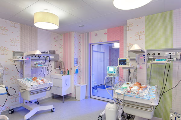 Bebelusi gemeni, nascuti prematur la 23 de saptamani, salvati de neonatologi. Cantareau doar 500 de grame   Demamici.ro
