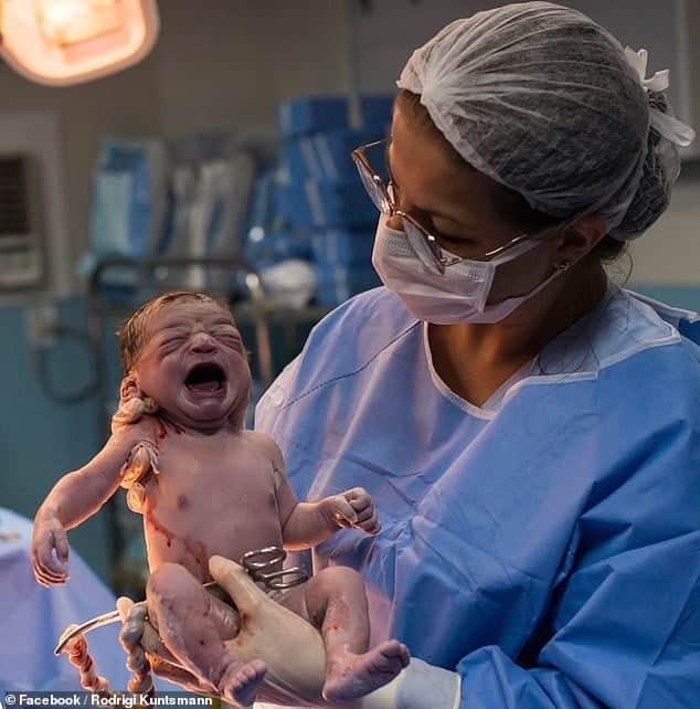 Nasterea a enervat-o la culme! Fetita se incrunta la doctorul care a scos-o din burta mamei | Demamici.ro