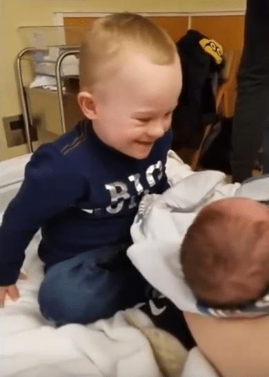 Un baietel cu sindromul Down isi intalneste fratiorul pentru prima data VIDEO | Demamici.ro