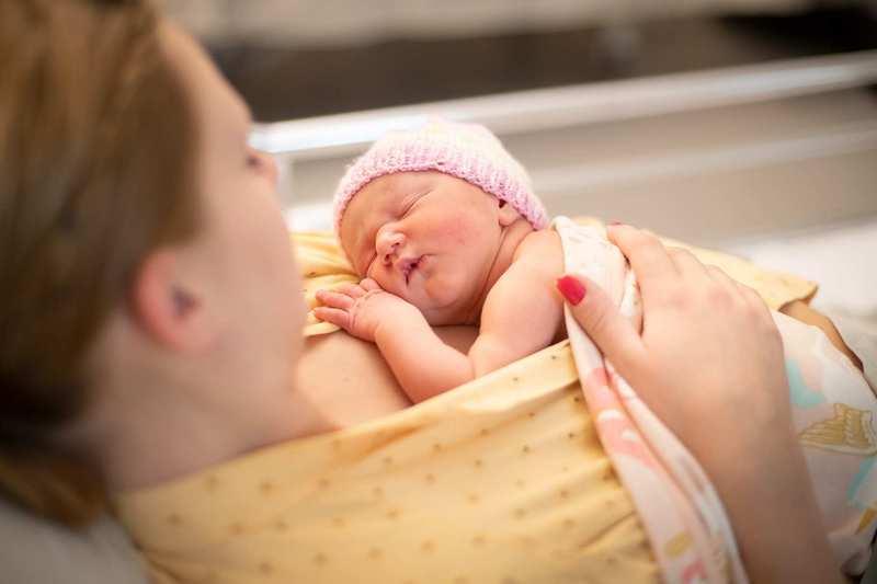 Contactul piele pe piele cu bebelusul aduce beneficii chiar si dupa 20 de ani