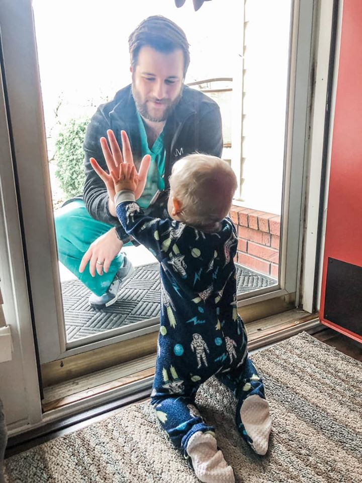 "Un medic isi ""imbratiseaza"" fiul printr-un geam de sticla, inainte sa se intoarca la pacientii infectati cu coronavirus |Demamici.ro"