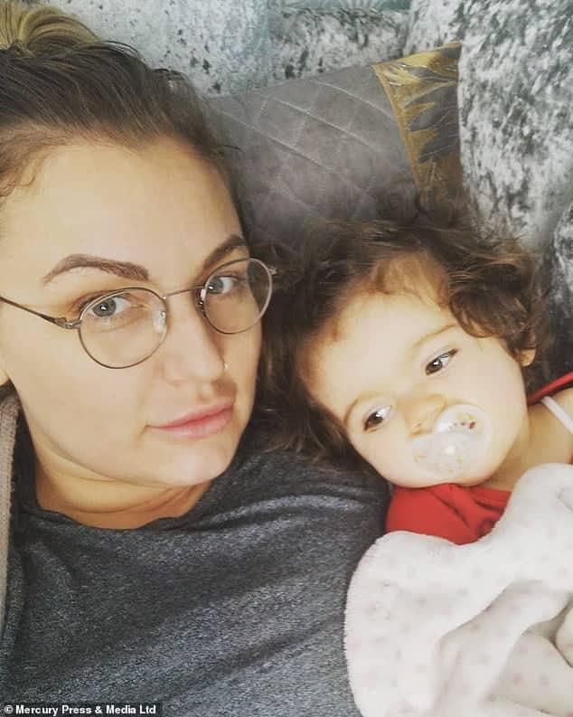 Viata mamicilor care lucreaza in spital. Izolate de familie, isi vad copiii printr-un geam