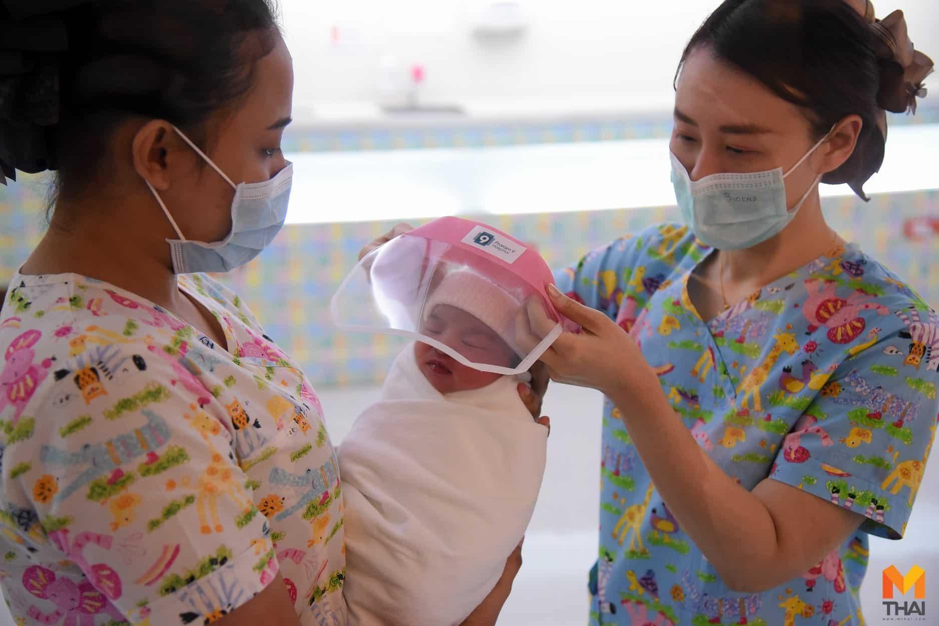 In Thailanda bebelusii primesc viziere ca protectie impotriva COVID-19