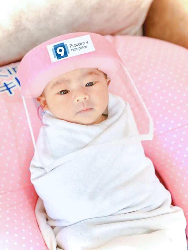 Nascuti in pandemie. Bebelusii anului 2020 vin pe lume cu mascute de protectie