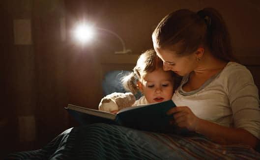 Ce se întâmplă în creierul copiilor când le citim povești seara