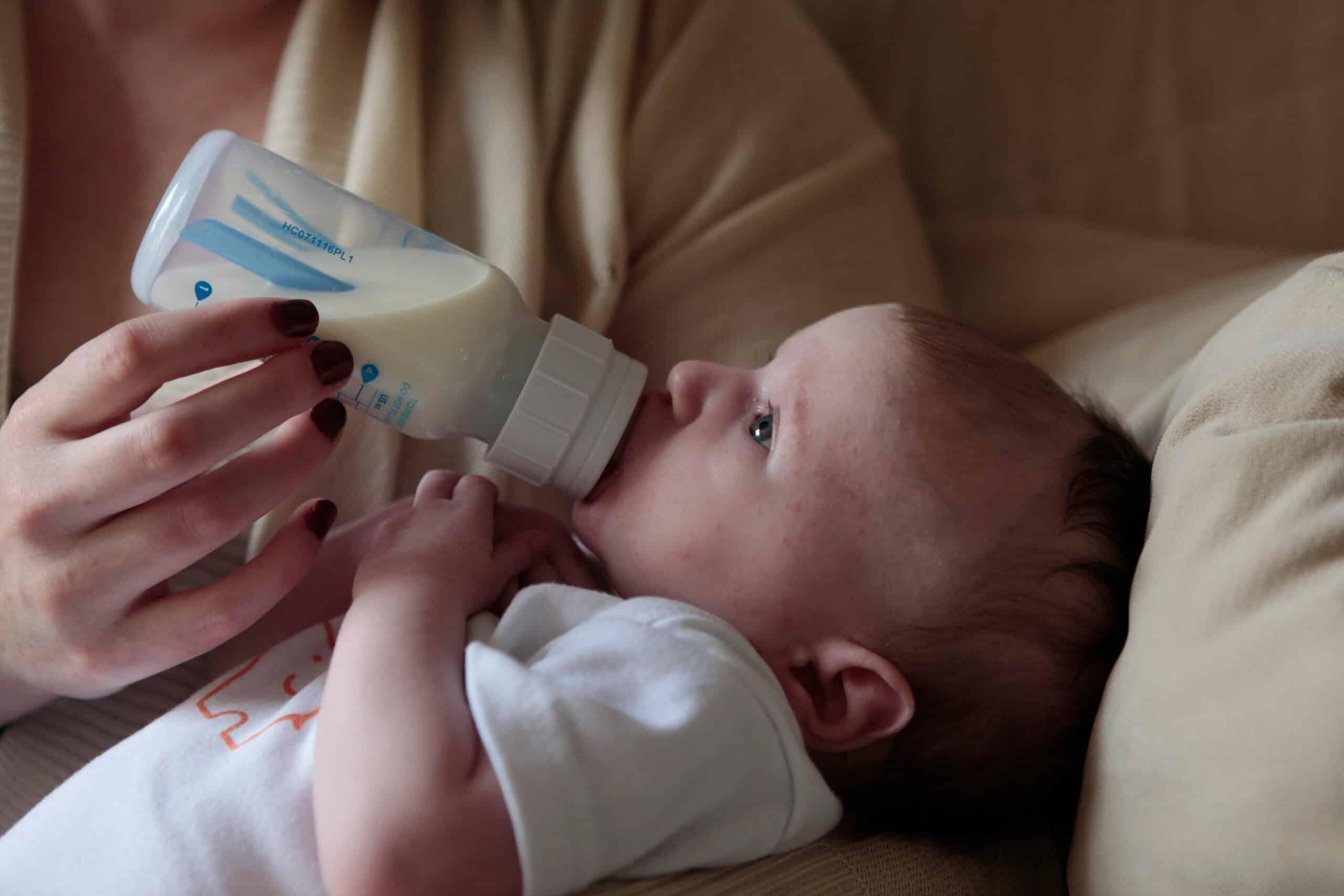 Hrana bebelușului. Până la ce vârstă pot fi copiii hrăniți exclusiv cu lapte