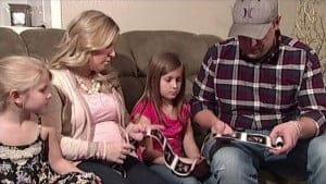 Un făt bolnav a fost surprins la ecograf în timp ce strângea mâna surorii gemene