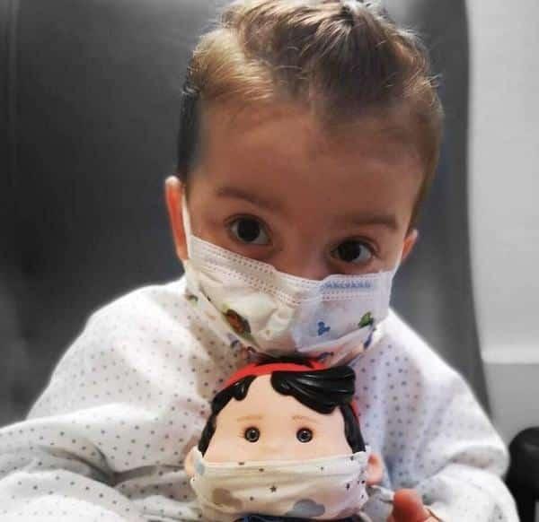 Victor a suferit la 3 ani a suferit un transplant de șase organe. Micuțul erou, aplaudat de medici la externare