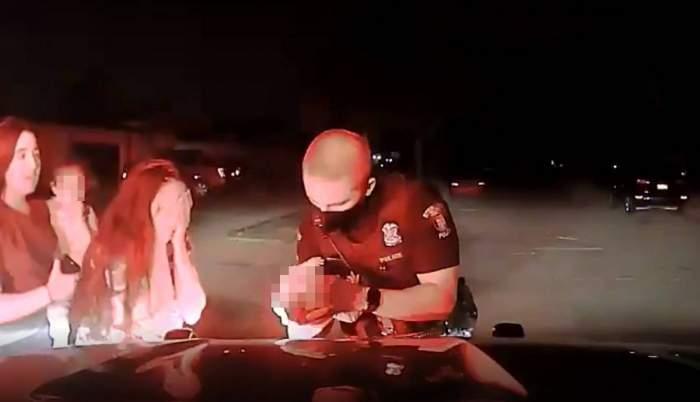 Momentul emoționant în care un polițist a salvat pe stradă un bebeluș care se înecase cu lapte