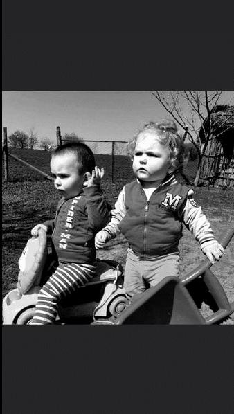 Doi frați de 1 an jumătate și 3 ani au murit după ce au mâncat struguri stropiți | Demamici.ro