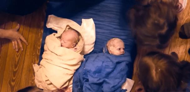 A născut singură gemeni acasă în timp ce ceilalți 6 copii ai săi se jucau | Demamici.ro