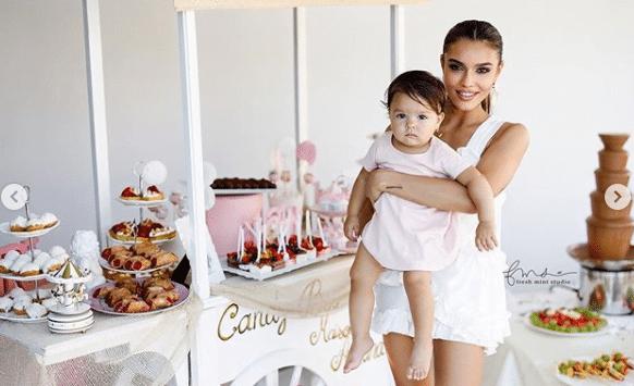 Fetița lui Karmen a împlinit un an! Sofia a avut parte de-o aniversare ca-n povești | Demamici.ro