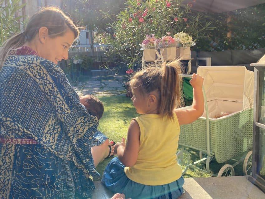 """Rita, fetița cea mare a Laurei Cosoi, și-a cunoscut surioara mai mică: """"Mai întâi a observat pătuțu, apoi a văzut-o pe ea"""""""