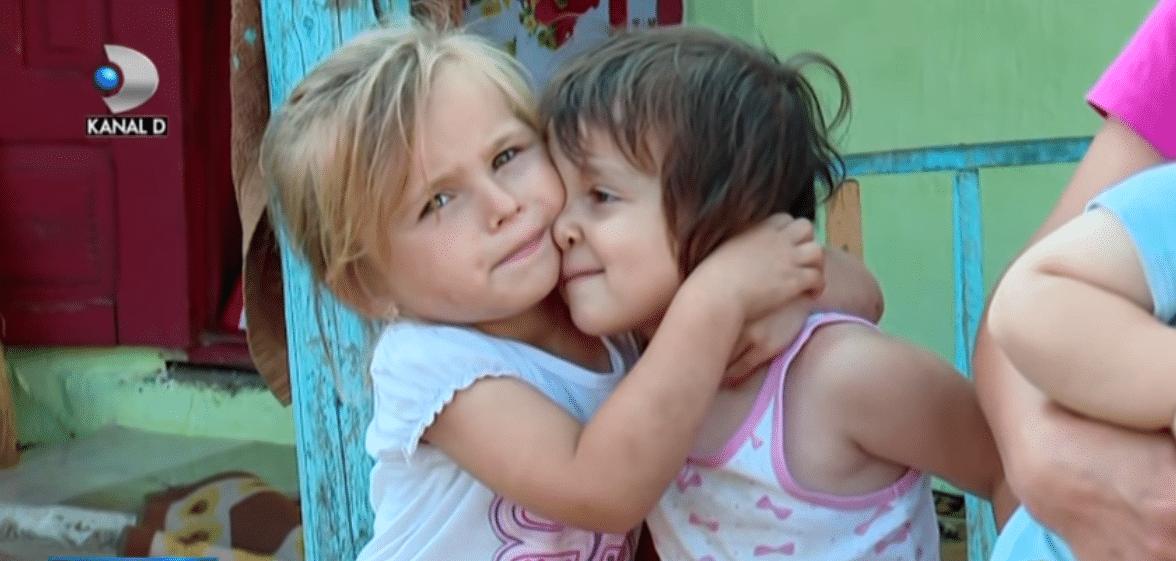 Povestea tristă a frățiorilor crescuți în grajd! Cinci copii frumoși, cu chipuri de îngeri și o mamă care nu mai are lacrimi să le plângă de milă... VIDEO | Demamici.ro