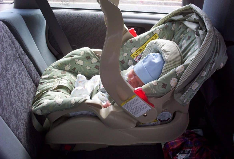 Un bebeluș a murit într-un accident cu impact frontal la Hunedoara. Bunica lui îl ținea în brațe