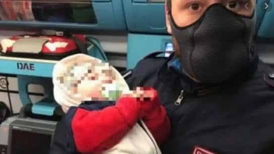 Un cuplu de români din Italia și-au abandonat bebelușul de 4 luni pe stradă. Era primul lor copil