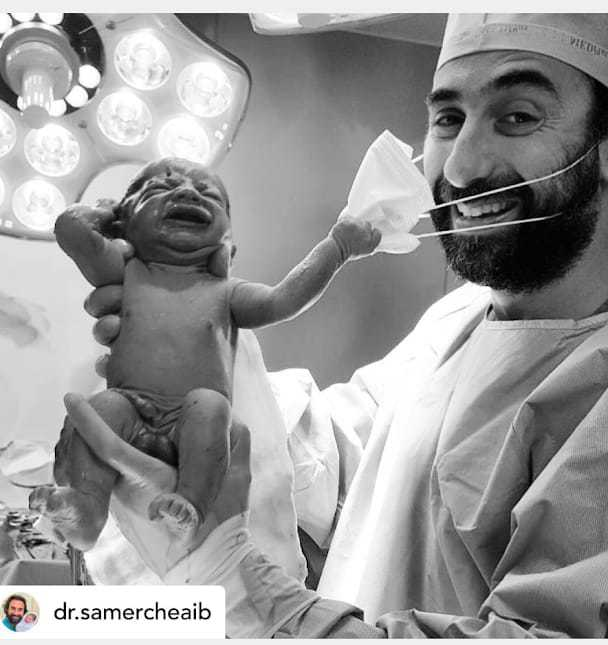 Bebeluș născut în pandemie, smulge masca medicului și ne oferă tuturor o lecție importantă